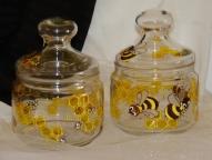 Medus pods ar lielajām bitēm.